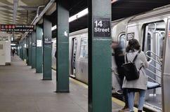 New York City pendlare på underjordiskt lopp för 14th transport för gatagångtunneltunnelbana royaltyfria foton