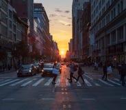 New York City - por do sol entre as construções ao longo da 2á rua Fotos de Stock Royalty Free