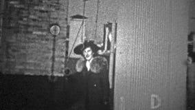 NEW YORK CITY - 1943: Povos que saem de uma escadaria do telhado dizer olá! vídeos de arquivo