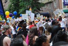 New York City Pride Parade, agente da polícia Among The Crowd, NYC, NY, EUA imagem de stock