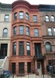New York City rödbruna sandstenar på den historiska utsikthöjdgrannskapen royaltyfri bild