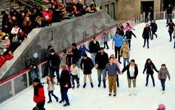 New York City: Schlittschuhläufer an der Rockefeller-Mitte-Eisbahn Lizenzfreie Stockfotos