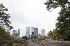 New York City 12 september 2015: folket kopplar av vaggar på i centr Royaltyfri Bild