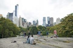 New York City 12 september 2015: folket kopplar av vaggar på i centr Arkivfoton