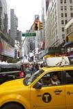 New York City 12 september 2015: gul taxi och många personer Arkivfoto