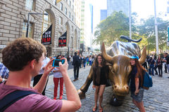 NEW YORK CITY - SEPTEMBER 16: Laddande tjurskulptur och turister på Royaltyfri Foto