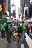 New York City 12 september 2015: rengöringsmedel i grön dräkt på br Fotografering för Bildbyråer