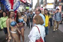 New York City 12 september 2015: samtal för två nästan naket flickor till Fotografering för Bildbyråer
