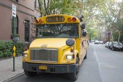 New York City, am 11. September 2015: Schulbus wartet auf die Straße Lizenzfreie Stockbilder