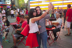 New York City 12 september 2015: två flickor gör selfie på tider Royaltyfria Bilder