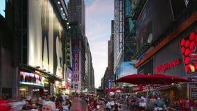 New York City - 16 septembre : Times Square avec la direction de Broadway du trafic et de messages publicitaires 16 septembre 201 banque de vidéos