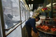 1/23/16 New York City: Shoppare lagerför upp, som diversehandeln stänger sig i tid för vinterstormen Jonas Arkivbild