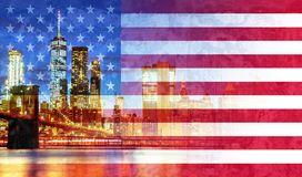New York City ' a skyline da ponte e do Manhattan de s Brooklyn iluminou a bandeira americana imagem de stock royalty free