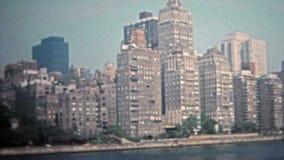NEW YORK CITY 1975: Skyline de arranha-céus altos da elevação de Manhattan de Hudson River filme