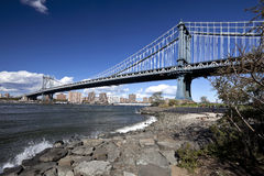 The New York City skyline w Manhattan Bridge Stock Photos
