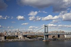 The New York City skyline w Manhattan Bridge Royalty Free Stock Photos