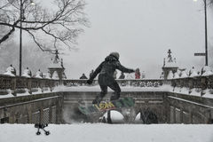 1/23/16, New York City: Snowboarder nehmen zu New York Parks während des Winter-Sturms Jonas lizenzfreie stockfotos
