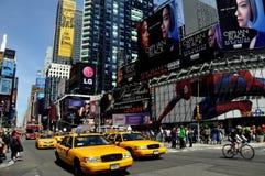 New York City: Táxis no Times Square imagem de stock royalty free