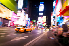 New York City taxi, i rörelse, Times Square, NYC, USA Arkivbilder