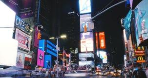 NEW YORK CITY 18 timelapse 4K de 08 2017 de la noche edificios del Times Square Pantallas coloridas brillantes de los anuncios pu almacen de video