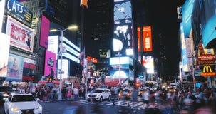 NEW YORK CITY 18 08 2017 timelapse 4K de nuit de Times Square Lampes au néon de publicité colorée voyante étonnante future banque de vidéos