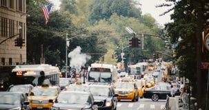 NEW YORK CITY 18 08 2017 - timelapse 4K der verkehrsreichen Straße drängte Schnitt mit Autos, Taxis und Leuten VerkehrsHauptverke stock video