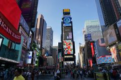 NEW YORK CITY: Times Square, caracterizado com Th de Broadway imagens de stock