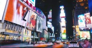 NEW YORK CITY 18 08 2017 Times Square-Handelsanschlagtafel sortiert timelapse 4K helle auffällige Anzeigengebäude aus verbraucher stock video
