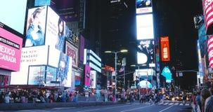 NEW YORK CITY 18 08 2017 tráfegos da noite do Times Square e timelapse 4K dos quadros de avisos Atração turística famosa dos EUA  video estoque