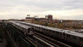 New York City treina entrar e sair do Queens de nivelamento, EUA Em novembro de 2018 video estoque