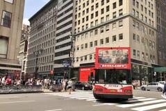 New York City turnerar den röda bussen arkivfoton