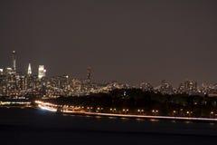 New York City und die Brooklyn-Brücke nachts Stockfotografie