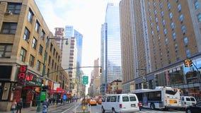NEW YORK CITY USA - APRIL 20, 2016 upptagna turister som passerar den berömda populära Times Square för besök, fullsatt folk som  arkivfilmer