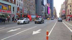 NEW YORK CITY USA - APRIL 20, 2016 upptagna turister som passerar den berömda populära Times Square för besök, fullsatt folk som  lager videofilmer