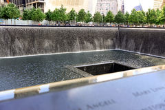New York City USA - Augusti 14, 2014: 9/11 minnesmärke på ground zero, Manhattan som firar minnet av terroristattacken av Septemb Arkivfoton