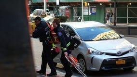 NEW YORK CITY, USA - 27. DEZEMBER 2017: New- Yorkkrankenwagenmedizinischer notfall inManhattan - ein Team von Sanitätern hetzt stock video