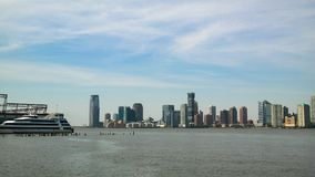 New York City New York, USA 05 29 Jersey City horisont 2016 och del av pir 40 på Hudson River Royaltyfri Bild
