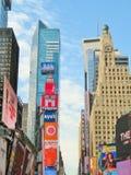 New York City USA, Juni 20, 2017 - byggnader och annonseringar i tid kvadrerar Arkivfoto