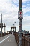 New York City/USA - JUNI 20 2018: Fint tecken på Brooklynen Bri Arkivbild