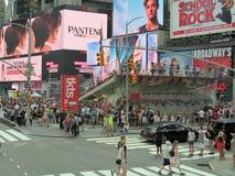 New York City USA, Juni 19, 2017 folkmassor av folk i N Y som väntar i linje för att få biljetter till Broadway, spelar Royaltyfri Foto