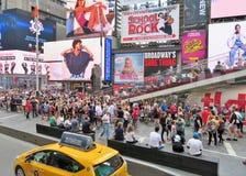 New York City USA, Juni 19, 2017 folkmassor av folk i N Y som väntar i linje för att få biljetter till Broadway, spelar Royaltyfria Foton