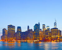 New York City USA, Lichter auf den Gebäuden in unterem Manhattan Stockfoto