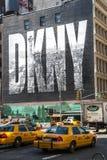 NEW YORK CITY, USA - 17. MAI: 2008 Ikonenhafte DKNY-Anzeige auf Houston Street Stockbilder
