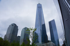 New York City USA - Maj 01, 2016: Den nästan färdiga en World Trade Center och den minnes- platsen in med blå himmel på Royaltyfri Bild