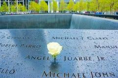 New York City USA - Maj 01, 2016: Minnesmärke på ground zero, Manhattan som firar minnet av terroristattacken av September Royaltyfri Fotografi
