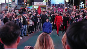 New York City, USA - OKTOBER, 2016: The evening show for the crowd in Times Square. Artists acrobats entertain tourists stock footage