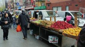 New York City USA - OKTOBER, 2016: Gatuförsäljare säljer frukter och grönsaker i kineskvarteret New York lager videofilmer