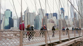 New York City, USA - OKTOBER, 2016: Motion pedestrians and cyclists turstov on the Brooklyn Bridge in New York. Motion pedestrians and cyclists turstov on the stock video footage