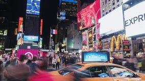 New York City, USA - OKTOBER 26, 2016: Times Square nachts Mengen von Touristen und starker Verkehr von Autos und stock footage