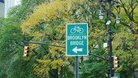 New York City, USA - OKTOBER, 2016: Verkehrsschild Brooklyn-Brücke Bahnfahrrad stock video footage